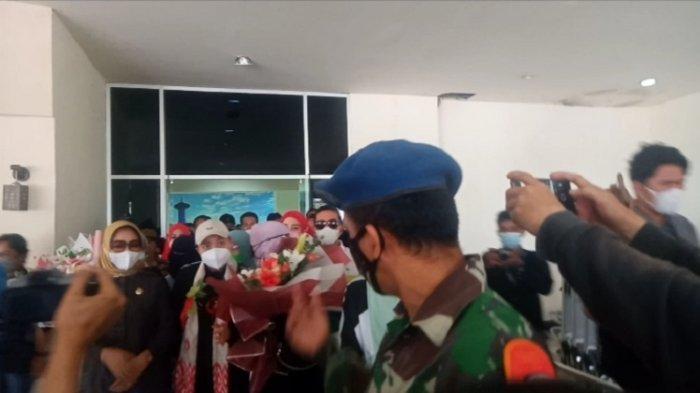 Diantar Ayah Tercinta dan Keluarga di Bandara Haluoleo, Apriani Rahayu Kembali ke Jakarta