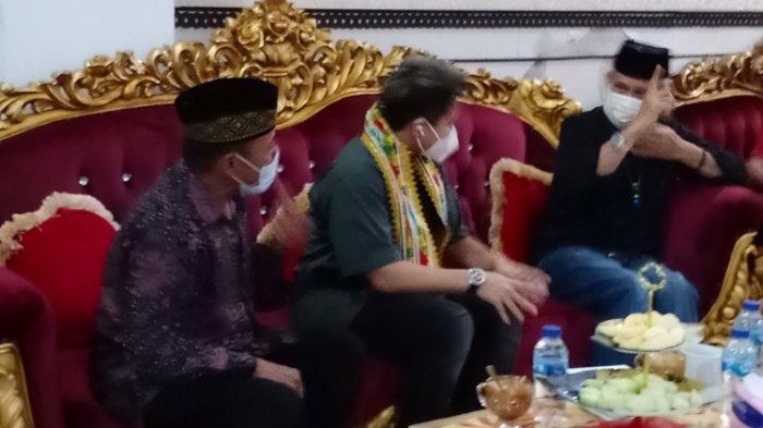 Apriyani Rahayu didampingi sang ayah, Amiruddin P saat bertemu dengan Wagub Sultra Lukman Abunawas, Rumah Jabatan Wakil Gubernur Sulawesi Tenggara, Sabtu (28/8/2021).