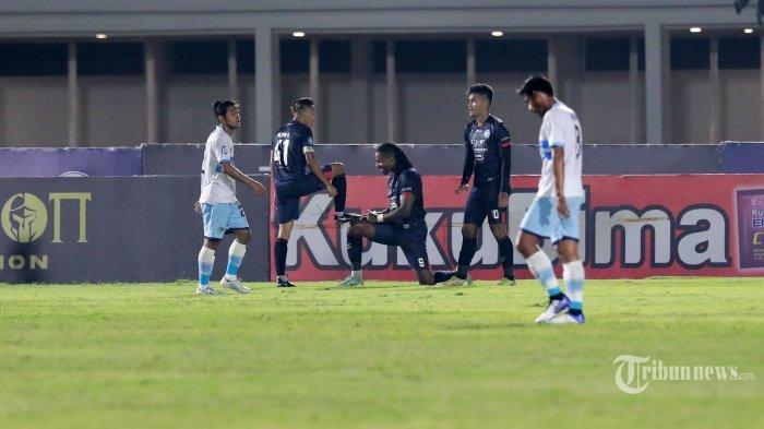 Pesepak bola Arema FC, Carlos Fortes (tengah) bersama rekan setimnya merayakan gol yang dicetaknya ke gawang Persela Lamongan dalam laga lanjutan BRI Liga 1 2021-2022 di Stadion Madya Gelora Bung Karno, Senayan, Jakarta Pusat, Minggu (3/10/2021) malam. Simak prediksi Persija Jakarta vs Arema FC pada pekan ketujuh BRI Liga 1 2021 yang bakal berlangsung di Stadion Manahan, Solo, pada Minggu (18/10/2021).