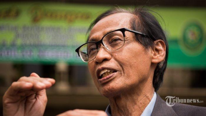 Mendiang Artidjo Alkostar mendapatkan tanda kehormatan Bintang Mahaputera Adipradana dari Presiden Joko Widodo