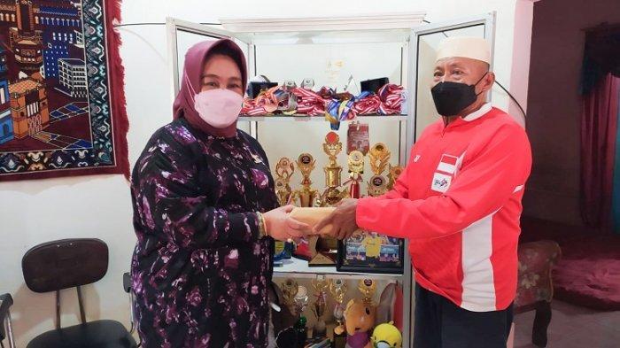 Ayah Apriyani Rahayu Dihadiahi Uang Rp 100 Juta dari Istri Mantan Gubernur Sultra Tina Nur Alam