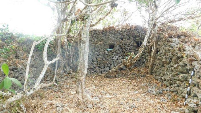 Tampak bagian dalam benteng Patua Tomia Wakatobi yang tersusun dari batu karang.