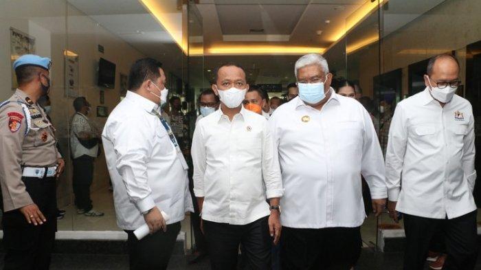 Bahlil Lahadalia (kiri) saat menjabat Kepala BKPM RI didampingi Gubernur Sultra Ali Mazi saat berkunjung ke Kota Kendari, Sulawesi Tenggara, Selasa (30/3/2021) lalu. Sosok Bahlil Lahadalia, Putra Wakatobi, lahir di Maluku, besar di Papua, kini Menteri Investasi
