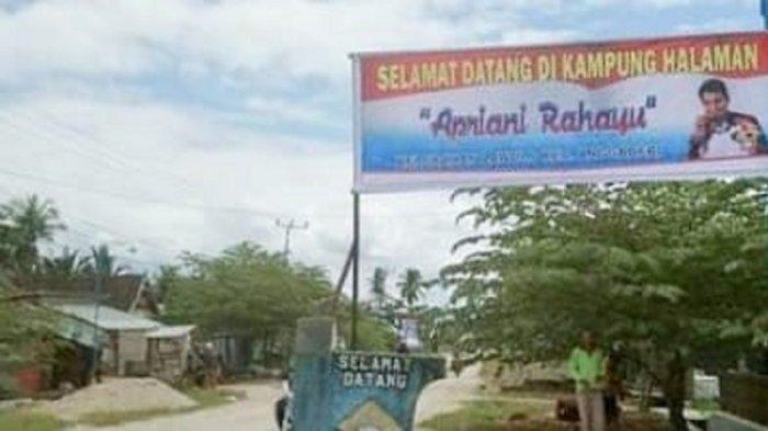 Baliho ucapan selamat datang untuk Apriyani Rahayu dipasang warga di Kelurahan Lawulo, Kecamatan Anggaberi, Kabupaten Konawe,  Selasa (03/8/2021).