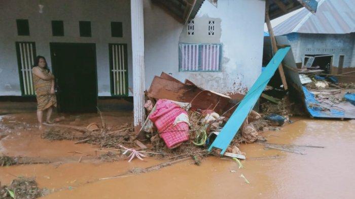 Banjir bandang disertai longsor melanda Desa Tapungaeya, Kecamatan Molawe, Kabupaten Konawe Utara (Konut), Provinsi Sulawesi Tenggara (Sultra), Minggu (11/7/2021).