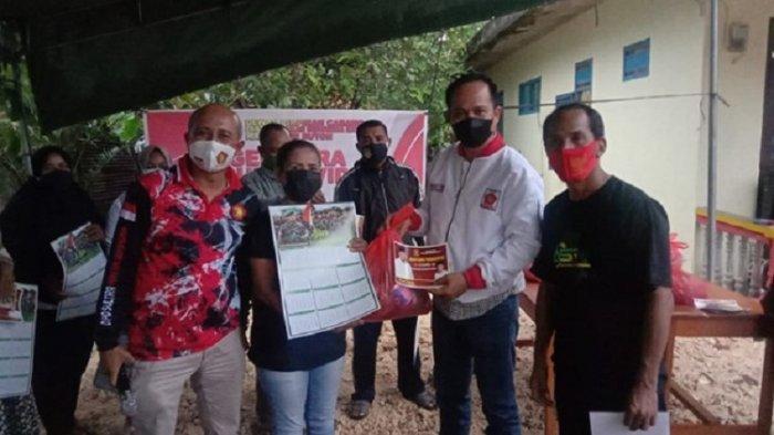 DPC Partai Gerindra Kabupaten Buton menyerahkan bantuan warga terdampak covid-19