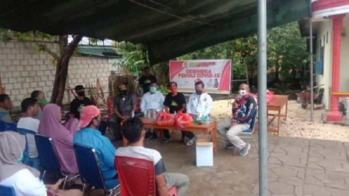 Perngurus Partai Gerindra Kabupaten Buton memberikan bantuan ke masyarakat