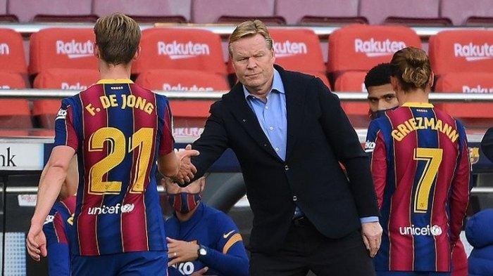 Ronald Koeman, pelatih Barcelona, kama membimbing tim asuhannya dari luar lapangan