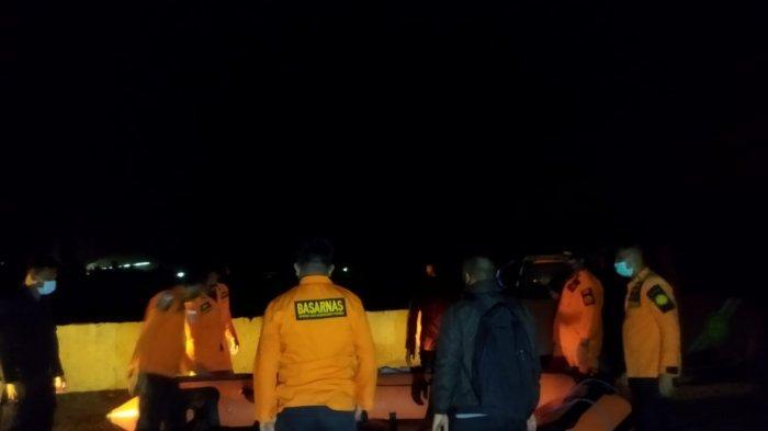 Tim Rescue Basarnas Kendari melakukan pencarian seorang Tenaga Kerja Asing (TKA) China yang bekerja di PT Obsidian Stainless Steel (OSS), Chang Yang (30), yang tenggelam di Muara Sungai Sampara, Kabupaten Konawe, Provinsi Sulawesi Tenggara (Sultra), Selasa (08/06/2021).