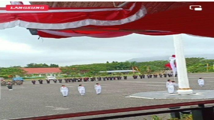 Bendera merah putih terjatuh sesaat pengibaran di halaman Kantor Bupati Konawe Utara.