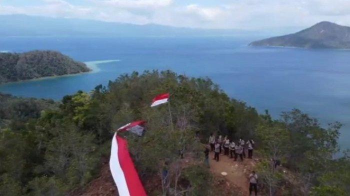 HUT ke-76 RI, Polres Kolaka Bentangkan Bendera Merah Putih Sepanjang 76 Meter di Pulau Padamarang
