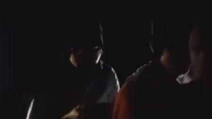 Beredar video viral sepasang kekasih diduga berbuat tak senonoh digerebek warga saat kepergok berduaan di tempat gelap.