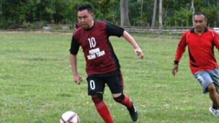 Bupati Kolaka Timur Samsul Bahri Madjid menggiring bola