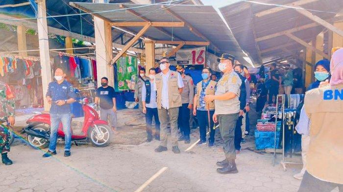 Bupati Konawe Utara Ruksamin dan Kepala BPBD Sultra Edukasi Covid-19 di Pasar Tinobu, Bagi Masker
