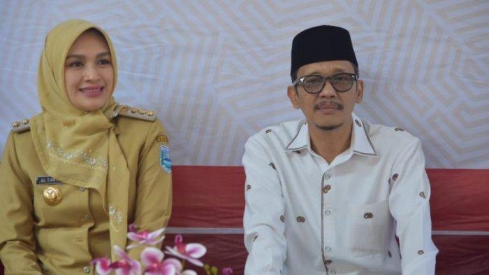 Bupati Probolinggo Puput Tantriana Sari bersama suami Hasan Aminuddin yang merupakan Anggota DPR RI dari Fraksi Nasdem.