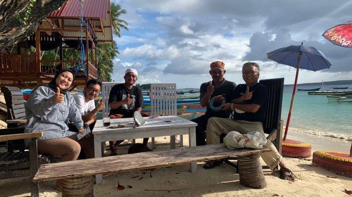 Daeng Lala (tiga kiri) ditemui di Pondok Pancing Daeng Lala, Pantai Lakeba, Kota Baubau, Provinsi Sulawesi Tenggara (Sultra), Sabtu (12/9/2021) siang.