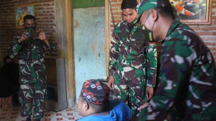 Dandim Kolaka Letkol Inf Risa Wahyu Pudji Setyawan memberi bantuan tali asih kepada Teguh (26), pemuda kurang mampu yang mengalami kelumpuhan di Kelurahan Lamokato, Kabupaten Kolaka, Sulawesi Tenggara ( Sultra).