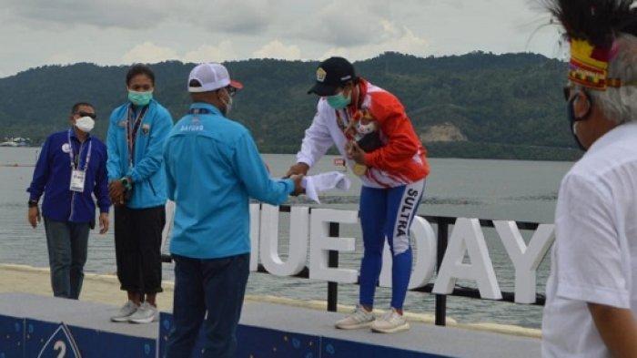 Dayumin saat menerima medali emas di Cabang olahraga dayung kelas Cano single putri, PON XX Papua 2021