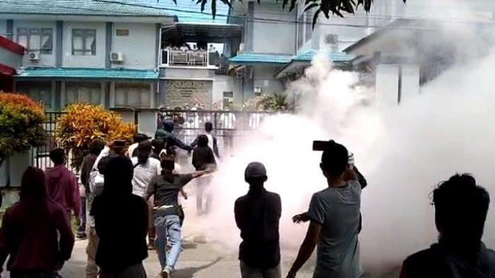 Demo Ricuh di Kantor Balai Wilayah Sungai IV Sultra, Dobrak Pintu Masuk hingga Lempar Batu