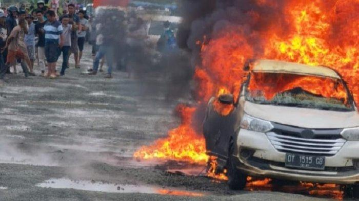 Detik-detik Mobil Avanza di Morosi Konawe Terbakar, Muat Bensin Jerigen Hendak Dijual ke Warung