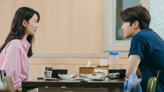 Hometown Cha-Cha-Cha Episode 5: Warga Gongjin Curiga dengan Kedekatan Shin Min Ah dan Kim Seon Ho?