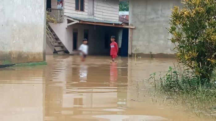 Dua anak saat mengungsi usai rumah mereka terendam banjir di Jalan H Lamuse, Lepo lepo, Kecamatan Baruga, Kota Kendari, Sulawesi Tenggara, Kamis (1/7/2021)