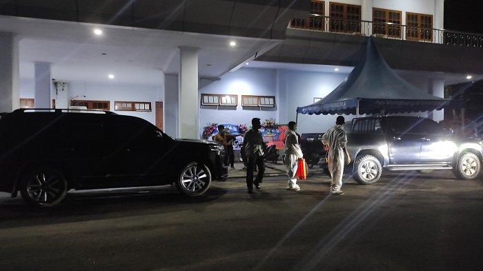 Karangan Bunga Ucapan Duka Hiasi Rujab Gubernur Sultra, Setiap Mobil Masuk Disemprot Disinfektan