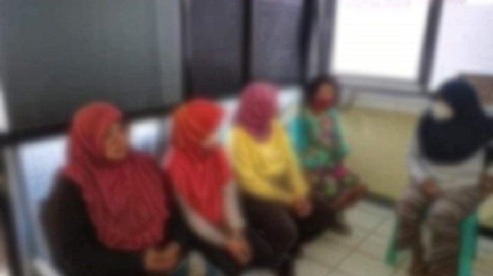 Tampak 5 emak-emak berada di suatu bilik dengan cat tembok berwarnah cokelat mirip kantor polisi. Mereka diduga pemulung yang terekam CCTV menjarah rumah warga di Kelurahan Bukit Wolio Indah, Kecamatan Wolio, Kota Baubau, Sulawesi Tenggara.