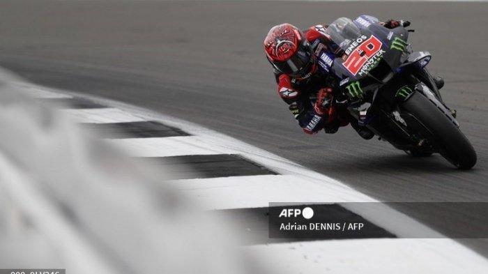 Pembalap MotoGp 2021 dari tim Monster Energy Yamaha Fabio Quartararo membalap di lintasan sirkuit dalam ajang Moto Grand Prix beberapa waktu lalu