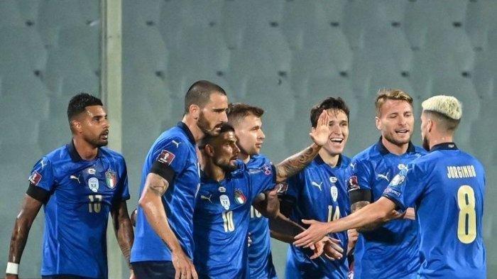 Federico Chiesa (ketiga dari kanan) merayakan golnya bersama rekan-rekannya dalam pertandingan Italia vs Bulgaria pada lanjutan Kualifikasi Piala Dunia 2022 di Stadion Artemio Franchi, Jumat (3/9/2021) dini hari WIB. ((AFP/ALBERTO PIZZOLI))