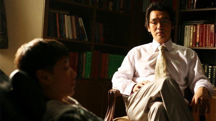 Sinopsis Film Korea Wide Awake: Kesalahan Prosedur Operasi yang Berujung Malapetaka
