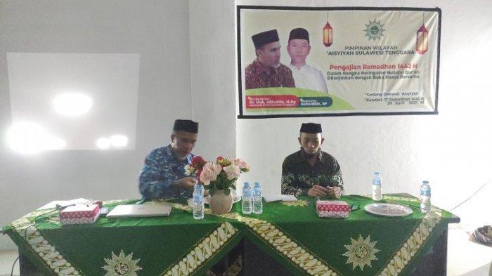 Sekretaris Wilayah Muhammadiyah Sultra Muh Alifuddin sebagai narasumber. Serta Sainuddin sebagai moderator Tausiah, peringati Nuzulul Qur'an yang dirangkaikan pada pengajian Ramadhan Aisyiyah, di gedung dakwah Aisyiyah di Baruga, Kota Kendari, Kamis (29/4/2021).