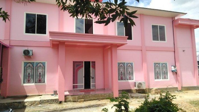 warna yang didominasi warna merah jambu pada masjid Latjinta Hidayatullah Kendari, terinspirasi dari bangunan masjid di Filiphina
