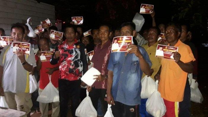 Warga seusai menerima bantuan sembako dari DPC Partai Gerindra Kabupaten Butur
