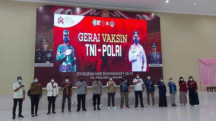 Foto bersama usai mengikuti vaksinasi Covid-19 di Markas Kepolisian Daerah Sulawesi Tenggara ( Polda Sultra).