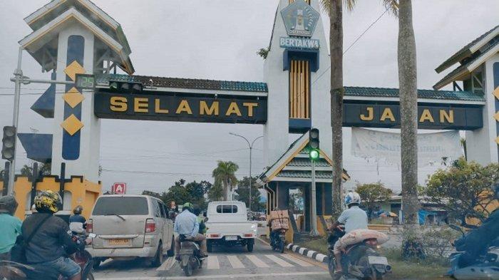 Ratusan kendaraan di gerbang perbatasan Kota Kendari-Konawe Selatan (Konsel) Provinsi Sulawesi Tenggara (Sultra) dibiarkan melintas, Kamis (6/5/2021).