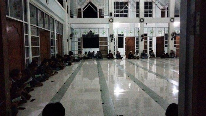 Sejumlah mahasiswa Universitas Halu Oleo menggelar doa bersama 7 hari kepergian 6 mahasiswa teknik vokasi di Masjid La Ode Malim UHO, Minggu(13/6/2021)