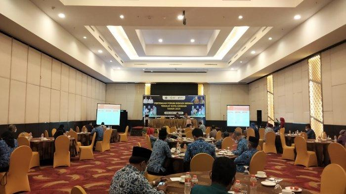 Pertemuan Forum Diskusi Gerakan Masyarakat Hidup Sehat (GERMAS) Tingkat Kota Kendari Tahun 2021 di Phinisi Ballroom, Hotel Claro, Jl Edi Sabara No 89, Kelurahan Lahundape, Kecamatan Kendari Barat, Kota Kendari, Sulawesi Tenggara. Kamis (17/6/2021).