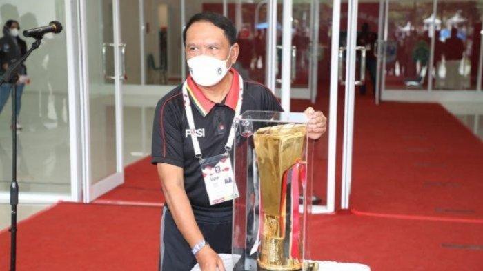 Menteri Permuda dan Olahraga (Menpora) Zainudin Amali berpose dengan Trofi Piala Menpora 2021.