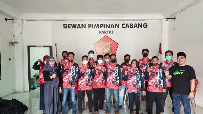 DPC Gerindra Kendari Bagikan Paket Sembako ke Pengurus dan Kader