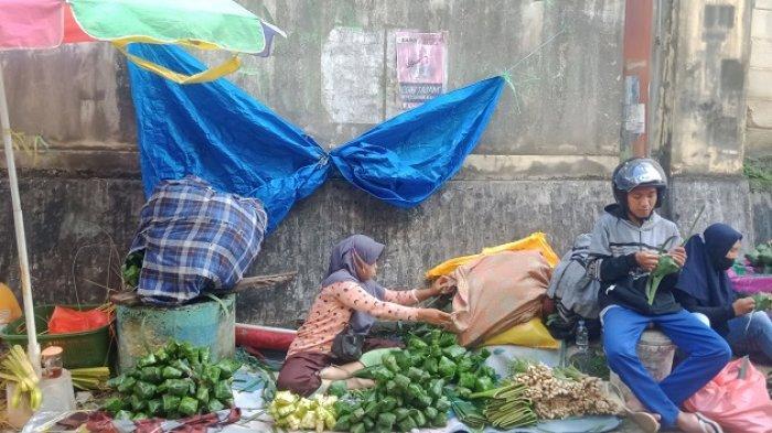 Jelang Lebaran Idul Adha 2021, Pedagang Kulit Ketupat Menjamur di Pasar Basah Mandonga Kendari