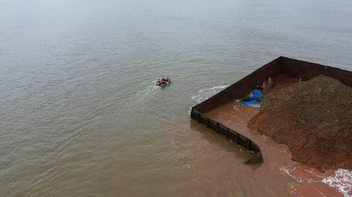 Tim SAR gabungan saat menyisir area parairan Pantai Batu Gong Kecamatan Lalonggasu Meeto Konawe, guna mencari dua wisatawan yang hilang seusai terseret arus lalu saat berenang, Minggu (11/07/2021) kemarin.