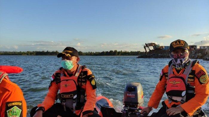 Tim Rescue Basarnas Kendari melakukan pencarian seorang Tenaga Kerja Asing (TKA) China dari PT Obsidian Stainless Steel (OSS), Chang Yang (30), yang tenggelam di Muara Sungai Sampara, Kabupaten Konawe, Provinsi Sulawesi Tenggara (Sultra), Selasa (08/06/2021).