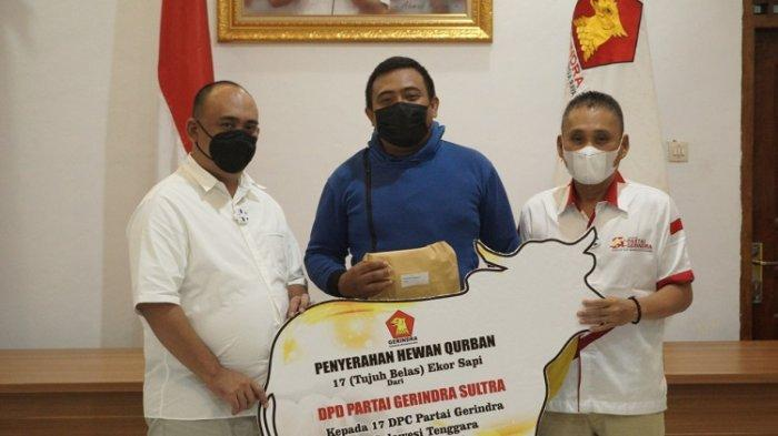 DPD Gerindra Sultra menyerahkan bantuan hewan kurban untuk masyarakat kurang mampu.