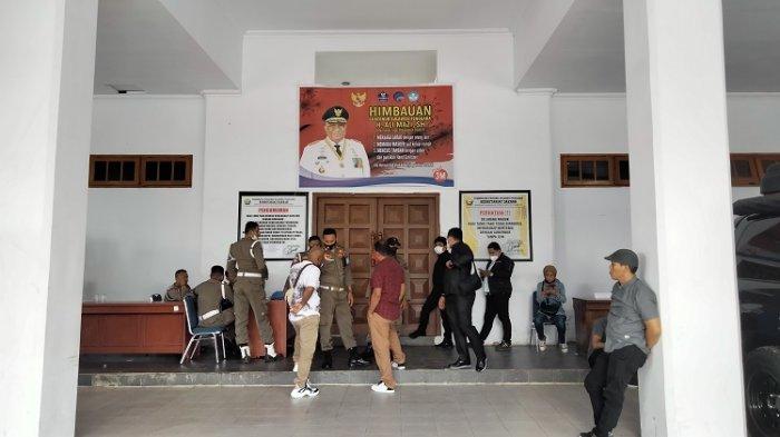 Suasana di pintu masuk Rumah Jabatan (Rujab) Gubernur Sulawesi Tenggara (Sultra), saat pelantikan Bupati Koltim Andi Merya Nur.