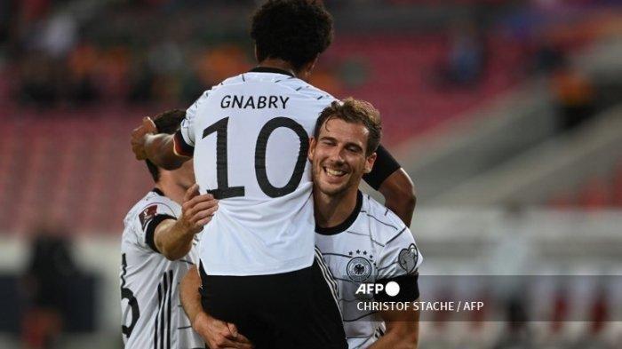 Gelandang Jerman Serge Gnabry (tengah) merayakan dengan pemain depan Jerman Jonas Hofmann (kiri) dan pemain tengah Jerman Leon Goretzka mencetak gol pada pertandingan sepak bola Grup J kualifikasi Piala Dunia Qatar 2022 antara Jerman dan Armenia, di Stuttgart, pada 5 September, 2021. (CHRISTOF STACHE / AFP)