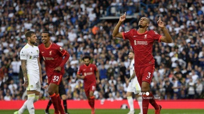 Gelandang Liverpool asal Brasil Fabinho (kanan) merayakan mencetak gol kedua timnya selama pertandingan sepak bola Liga Premier Inggris antara Leeds United dan Liverpool di Elland Road di Leeds, Inggris utara pada 12 September 2021. Liverpool harus membayar mahal kemenangan telak atas Leeds United dengan cederanya Harvey Elliot.