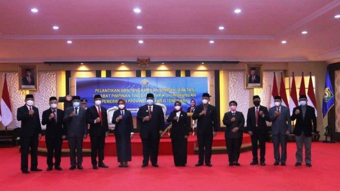 Gubernur Sulawesi Tenggara (Sultra) Ali Mazi memberi selamat kepada pejabat Jabatan Pimpinan Tinggi (JPT) Pratama atau eselon II yang dilantiknya di Rumah Jabatan Gubernur Sultra, Jl Taman Suropati, Mandonga, Kota Kendari, Provinsi Sultra, Jumat (09/07/2021).