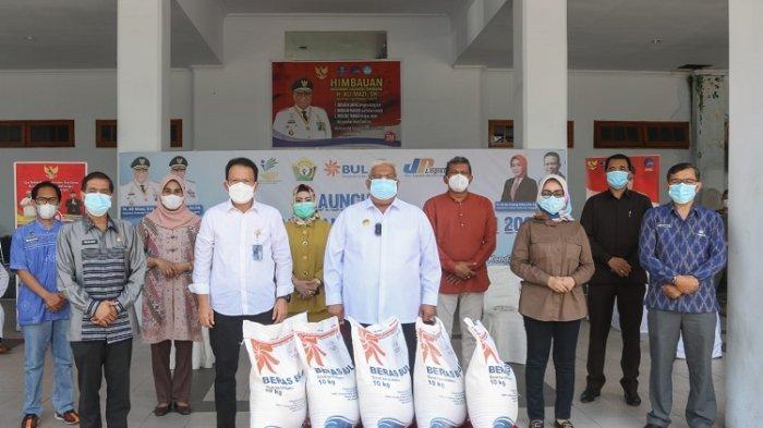 Gubernur Ali Mazi bersama Sekda, dan Kepala Kanwil Bulog Sultra saat akan menyalurkann bantuan berupa beras PPKM.
