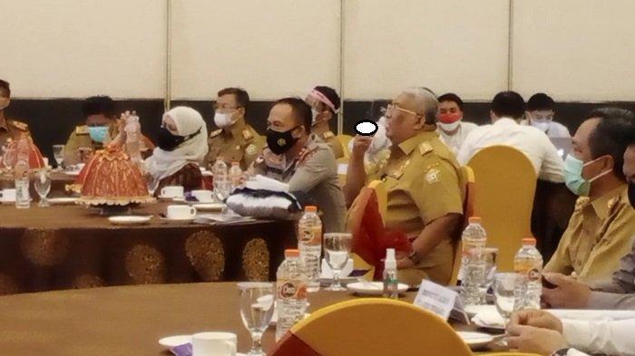 Gaya Gubernur Sulawesi Tenggara (Sultra) Ali Mazi saat seminar penanganan korupsi, Senin (4/10/2021)(Foto: Fadli Aksar)